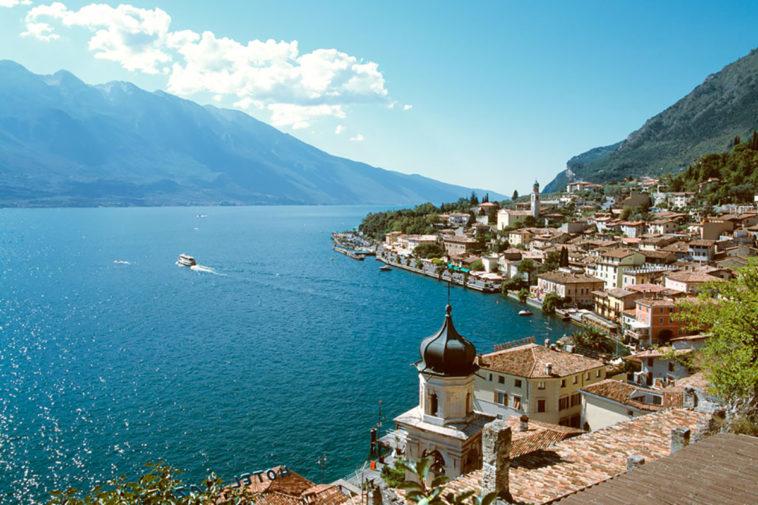 in barca sui laghi italiani